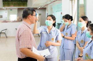 คณะพยาบาลศาสตร์ลงพื้นที่คัดกรองโรค COVID-19 ในกลุ่มบุคคลกรที่เข้าร่วมประชุมโครงการแนวทางการเขียนรายงานประเมินตนเอง AUN-QA  มรภ.เพชรบุรี วันที่ 11 มีนาคม 2563