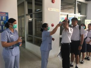 คณะพยาบาลศาสตร์ลงพื้นที่คัดกรองโรค COVID-19 ในกิจกรรมสอบคัดเลือกนักศึกษาสาขาครุศาสตร์ รอบรับตรงอิสระ ณ อาคารนิวัตสโมสร วันที่ 8 มีนาคม 2563